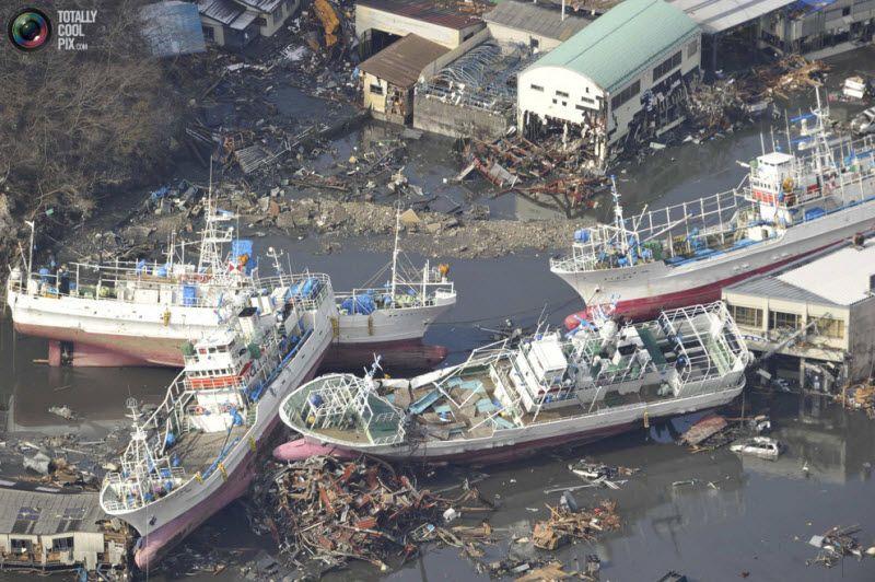 Разрушенные корабли в Кесеннума, префектура Мияги.