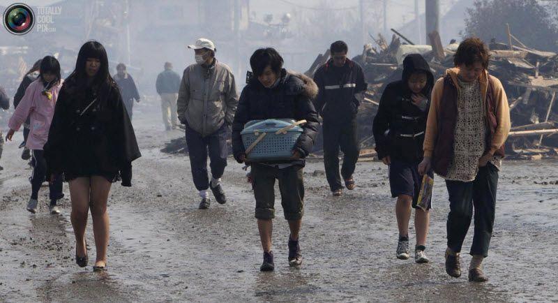 Люди эвакуируются из разрушенных районов Натори, префектура Мияги.
