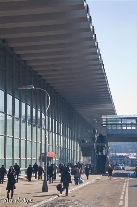 Курский - один из двух вокзалов транзитного типа в Москве (наряду с Белорусским, остальные - тупиковые).Фото 2011 года: