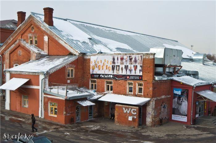 «Винзавд» — центр современного искусства в Москве. Открыт в 2007 году[1]. Находится на территории бывшего пивоваренного завода (впоследствии — винного комбината) «Московская Бавария». Фото 2011 года: