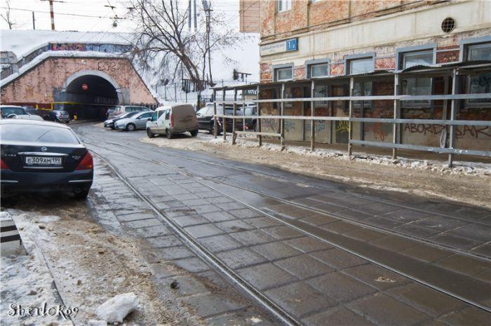 Сыромятнический проезд ранее назывался Хлудовский переулок. В нём находятся строения комплекса благотворительных учреждений, связанных с фамилией Герасима Ивановича Хлудова (?—1885), почётного гражданина Москвы. Фото 2011 года: