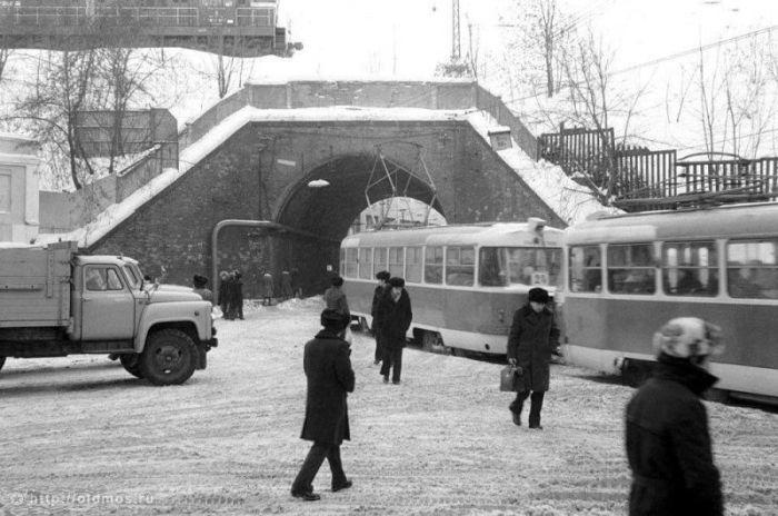 11. Туннель под железнодорожными путями. Фото 1983 года: