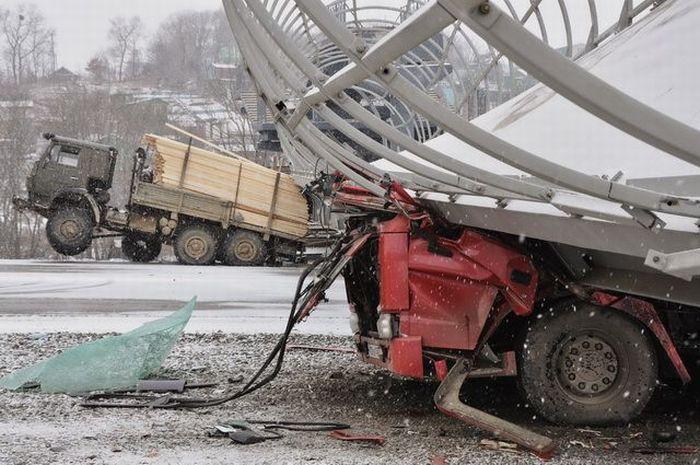 Самосвал сбил опору пешеходного моста (3 фото+видео)