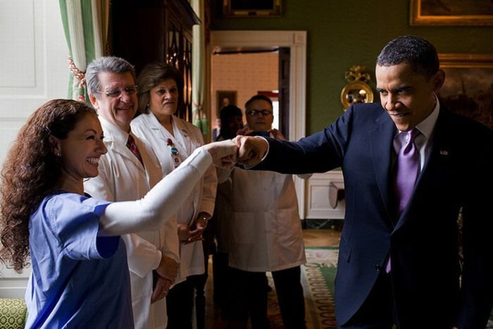 """Обама """"подает кулак"""" (10 фото)"""