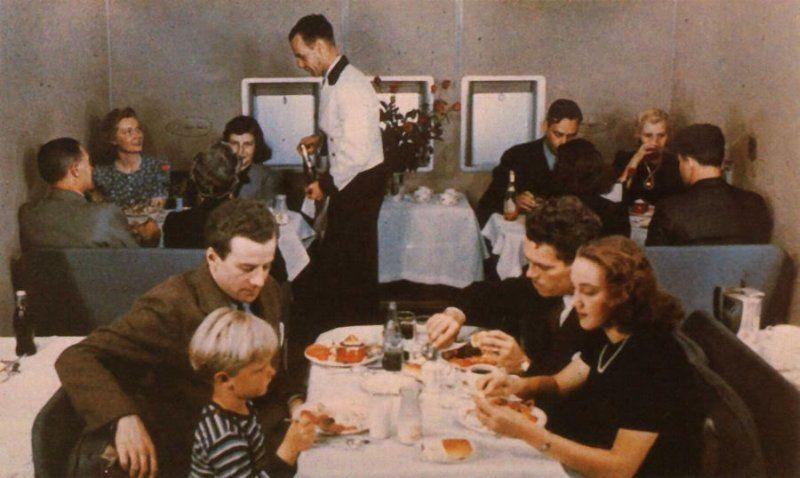 Неудивительно, что Боинг-314 предназначался для трансатлантических полетов. А это удовольствие долгое (перелет до Гонконга занимал шесть дней со всеми промежуточными посадками) и дорогое, поэтому все пассажиры на борту обслуживались только по высшему классу. Кресла превращались в спальные полки, раздельные туалеты для мужчин и женщин, меню из шести блюд на выбор, комната отдыха, ресторан - все как в лучших домах Парижа.