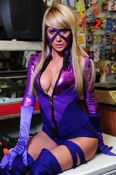 Красотка Sara Jean Underwood в костюме супергероя (7 фото)