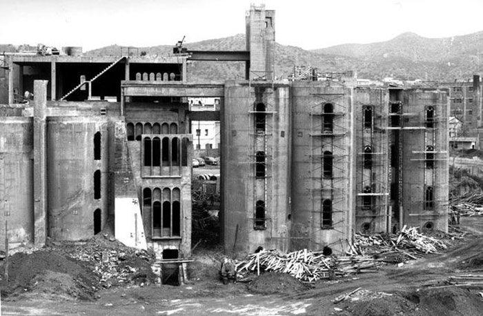 Дом в заброшенном цементном заводе (13 фото)