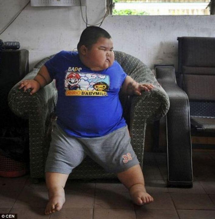 """Этому мальчику из Китая 3 года. Его вес - 63 кило! Это в как бы в 5 раз больше, чем должен весит ребенок в его возрасте. В детский садик его не взяли - сказали, он опасен для остальных детей. Представьте невинные детские игры - и на вашего ребенка несется такая тушка в 70 кг. На самом деле парень не виноват в своем весе. В Китае есть даже специальный термин - синдром """"Маленького Императора"""". Так как в этой стране жесткие ограничение - один ребенок в одной семье, их очень сильно балуют."""
