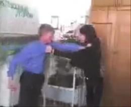 Ученик дерется с учительницей