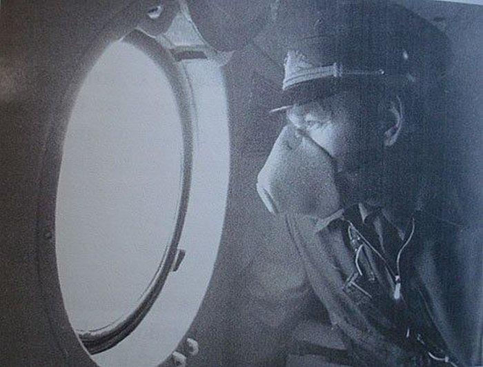 """25 лет назад советские летчики, чтобы закрыть с воздуха аварийный реактор Чернобыльской АЭС, проходили по 20—30 раз в день через тысячи рентген. Ложились на курс тройками, действовали практически в боевой обстановке ядерной войны.<br/>Чего стоила эта """"бомбардировка"""", рассказал """"МК"""" бывший начальник штаба ВВС Киевского военного округа генерал-майор авиации Николай Антошкин, который руководил действиями сводной авиационной группы и сам лично по нескольку раз в день поднимался в воздух над реактором. За мужество и самоотверженный труд он был удостоен звания Героя Советского Союза.<br/><b>""""Погибла целая смена, мы все отравлены"""" </b><br/>Позывной """"Кубок"""", лучевой ларингит, отсроченная смерть. Для генерала Антошкина эти слова как набат.<br/>Он вспоминает, как уже вечером 26 апреля стоял на крыше 10–этажной гостиницы """"Припять"""". Поверх генеральской формы был надет легкий летный комбинезон, на лице — лепесток респиратора. Вот и вся защита от радиации. До развороченного взрывом реактора, излучающего невидимую смерть, было каких–то полтора километра."""