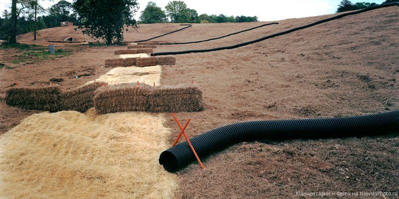 7. Он решил запечатлеть последние приметы индустриальной эпохи в ландшафте Нью-Джерси. Последняя его работа, завершенная в конце 2010 года, сфокусирована на переработанных материалах. Главным образом на фото представлены решетки и ограждения, которые годятся для панорамного формата.<br>  Тюки сена и гофрированная черная труба (Hay Bales and Corrugated Black Tube)<br>    Миссисипи, 2004 год.
