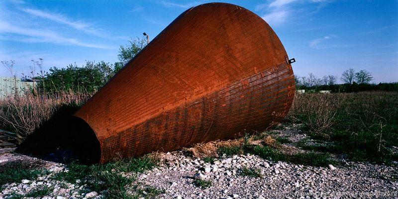 8. Это своего рода случайная эстетика. И странно прекрасная.<br>  Ржавый конус (Rusty Cone)<br>  2004 год.