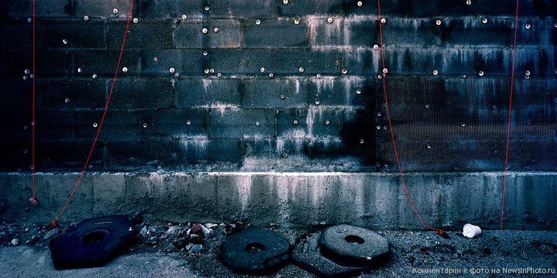 29.Блочная стена и красные бечевки (Block Wall With Red Strings)<br>  Нью-Йорк, 2007 год.