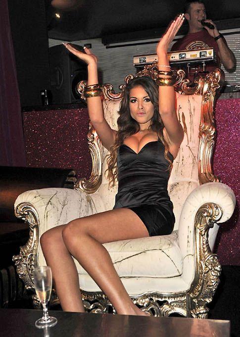 6. 74-летнего Берлускони обвиняют в том, что он платил за секс-услуги 17-летней исполнительницы танцев живота Каримы Эль Махруг, а также 32 других женщин, с которыми расплачивался деньгами и драгоценностями.