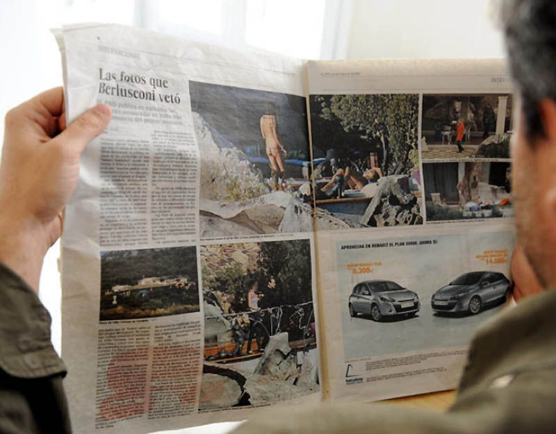 22. Фотографии девушек топлесс, находящихся на вилле Берлускони в Сардинии, были опубликованы в одной из испанских газет вопреки стремлению итальянского премьера замять дело. Всего было опубликовано пять фото. Среди них был снимок двух девушек, на которых были надеты только тонкие прозрачные трусики, а также фото самого Берлускони рядом с другой девушкой, которая, однако, не была обнажена. Кроме того, в газете опубликовали снимок мужчины, купающегося обнаженным в бассейне. Все лица затемнены, идентифицировать их невозможно.