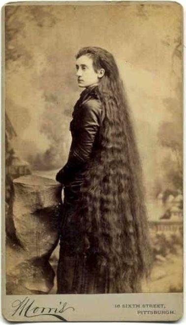 Но затем сестры при помощи семьи переключились на свои выдающиеся внешние достоинства,предложили советы по уходу за волосами и красотой для миллионов, изобрели и стали продавать тоник для волос.
