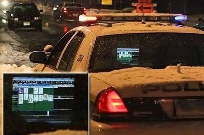 Полицейские, которые любят перекинуться в картишки (9 фото)