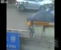 Полицейский спас женщину с ребенком от суицыда