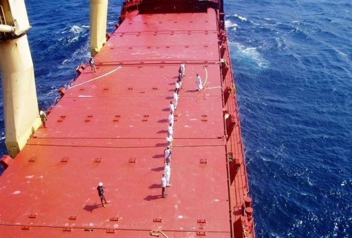 Как сомалийские пираты получают выкуп за похищенные судна (10 фото)