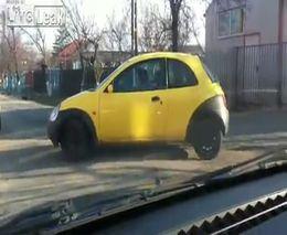 Женщина за рулем Ford Ka