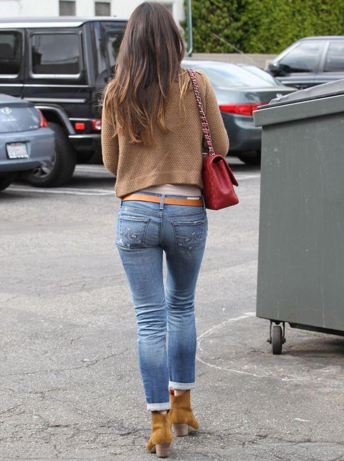 Красивая девушка в облегающих джинсах фото
