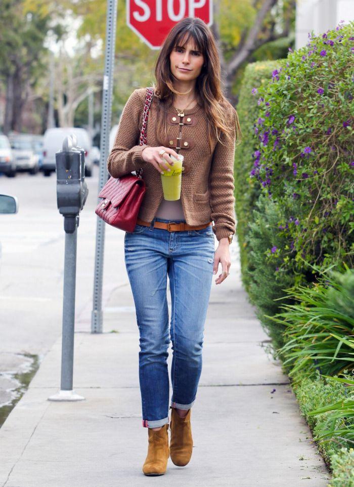 Девушки в прилегающих джинсах