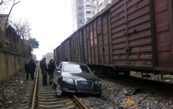 Как оказалось Audi A8L ни разу не поезд! (3 фото)