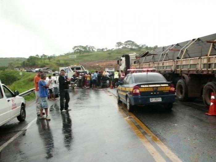 Крупная авария в Бразилии стала братской могилой для четверых (17 фото)