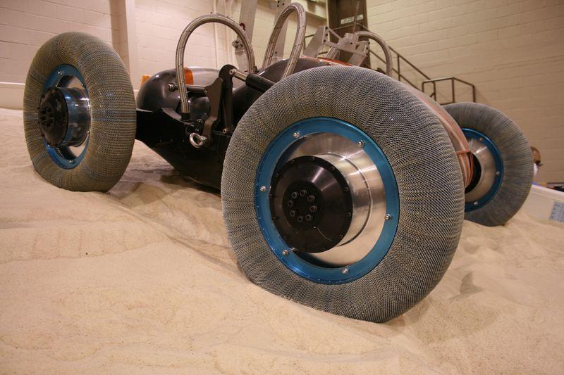 Компания Goodyear и NASA создали новые шины для космоса (10 фото)