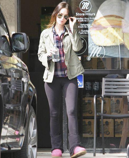 Милая Меган Фокс в обтягивающих штанах (7 Фото)