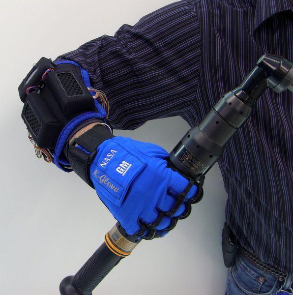 Экзоперчатки на автомобильном заводе GM (5 фото+видео)