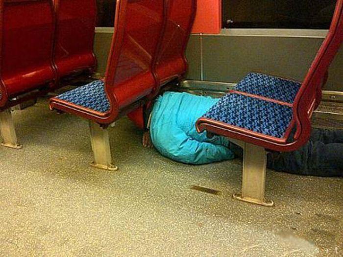 Прикольные моменты в общественном транспорте (24 фото)