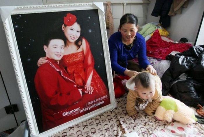 Китайская семья шесть лет живёт в туалете (7 фото)