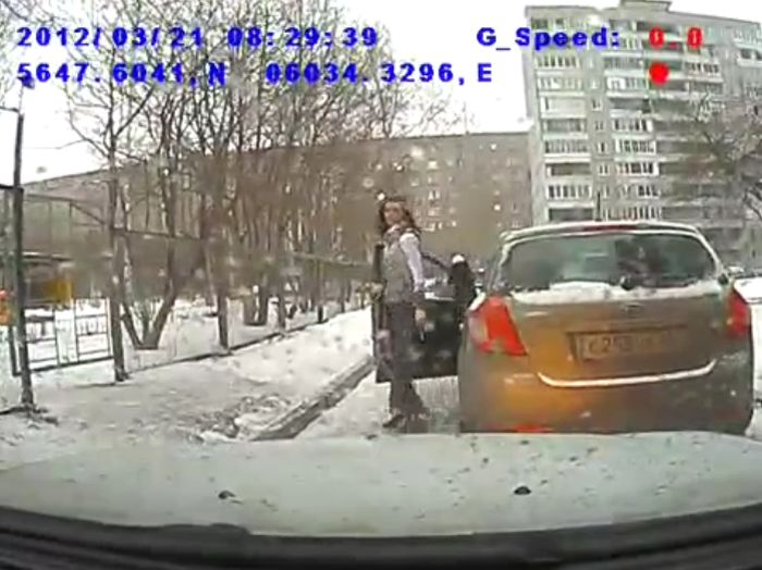 Девушка за рулем забыла про правила (видео)