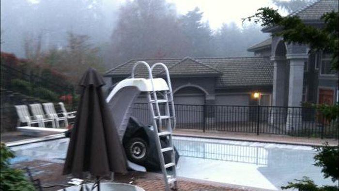 Винтажную Toyota Corolla утопили в бассейне Вашингтона (5 фото)