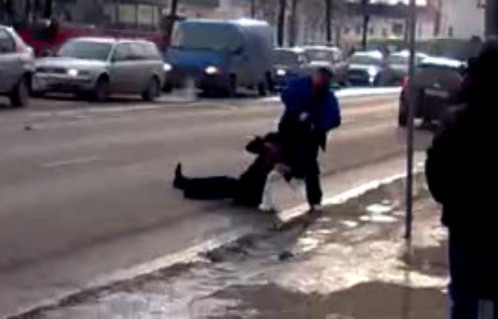 Водитель наказал алкоголиков (видео)