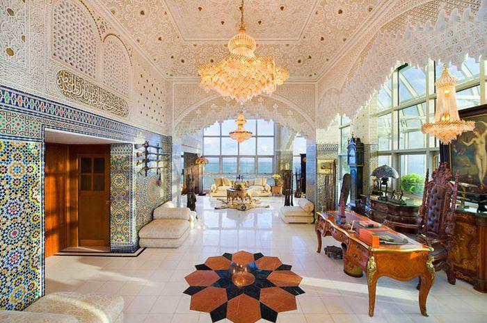 Арабский дворец внутри жилого комплекса (17 фото)
