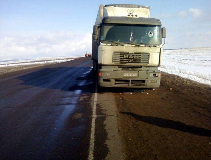 Водитель фуры пострадал от прилетевшего в лобовуху кирпича (7 фото)