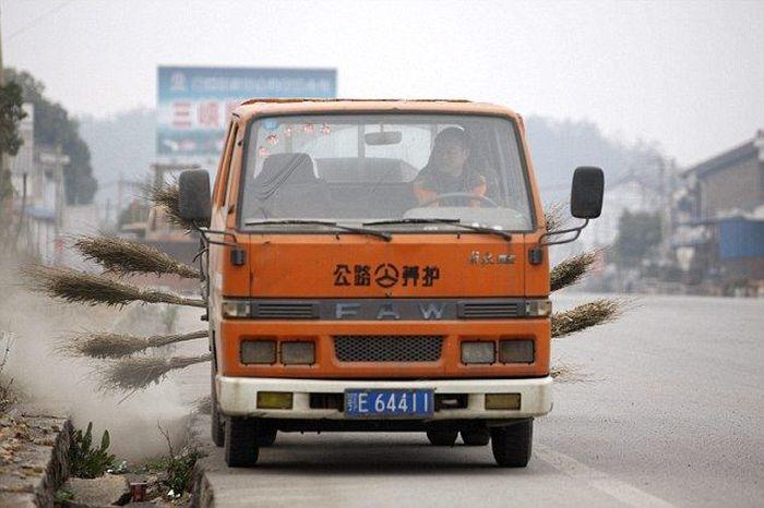 В Китае появилась самая необычная машина для уборки улиц (4 фото + 1 видео)