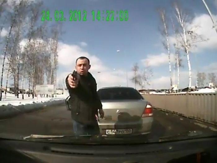 Вооруженное нападение на дороге (видео)