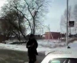 Бросается на полицию с топором