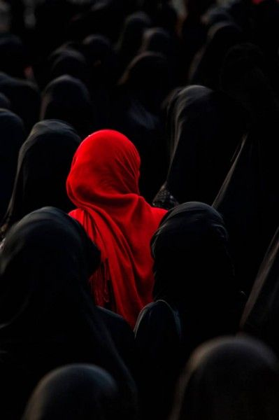 Фото выделяется, красный цвет, толпа