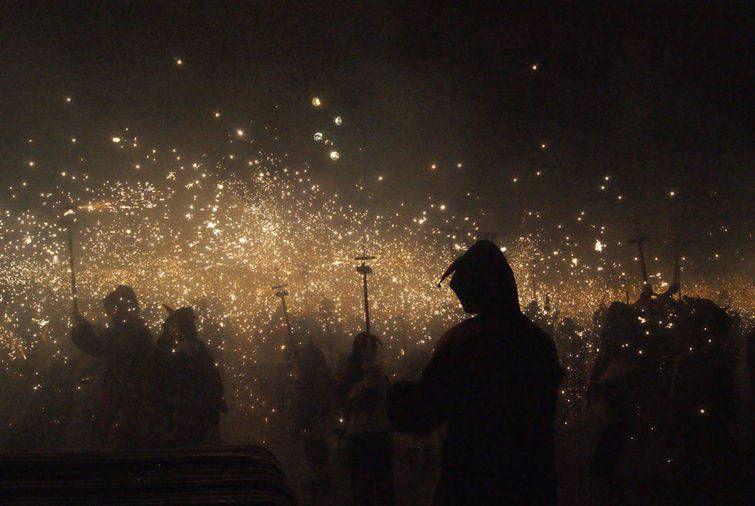 Шикарное фото искры, крутая фотография, толпа