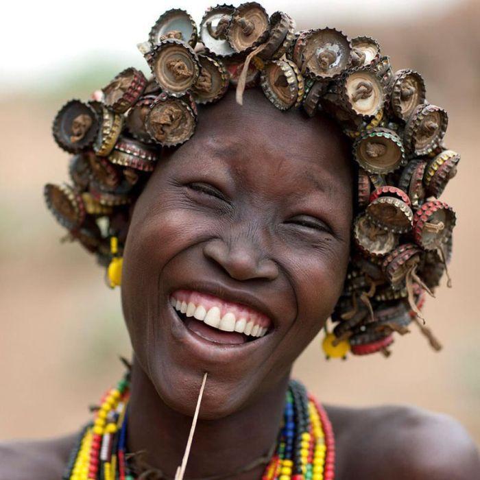 Фотоприкол бесплатно головной убор, девушка, индеец, пробки, темнокожая