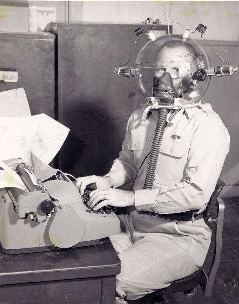 Свежий фотоприкол идиотизм, печатная машинка, старая фотка, шлем