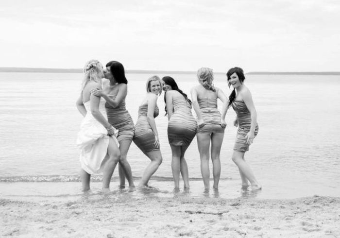 Фотожесть берег, групповое фото, девушки, платья, свадьба