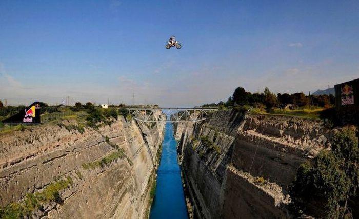 Смешные картинки канал, сумасшедший прыжок, через реку