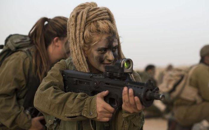 Бесплатный фотоприкол автомат, армия, девушка, солдат