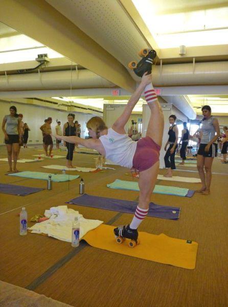 Фотоприкол фото гимнастика, девушка, растяжка, ролики