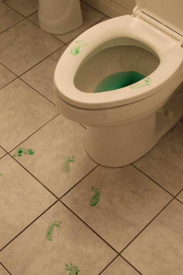 Яркие фото ребенок, следы, туалет, унитаз